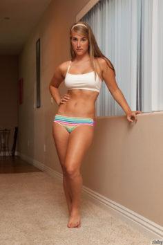 Sportos tini megmutatja kerek idomait és bugyira, melltartóra vetkőzik – Nicole Carver