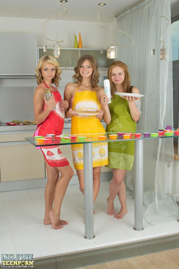 Szexi iskolás lányok megmutatják formás kis popsijukat, miközben desszertet készítenek